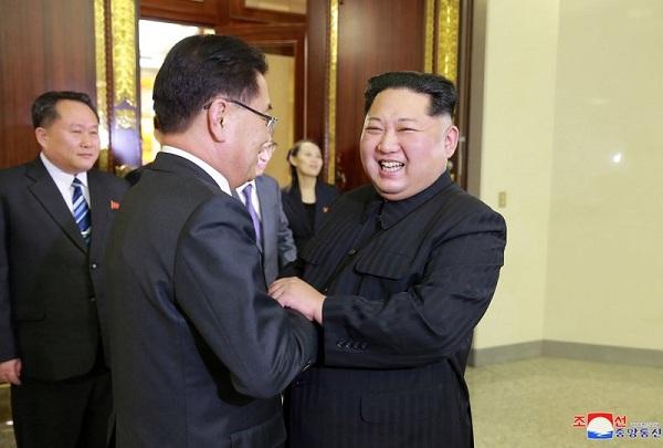 韓国特使団の一人ひとりと握手して出迎えている