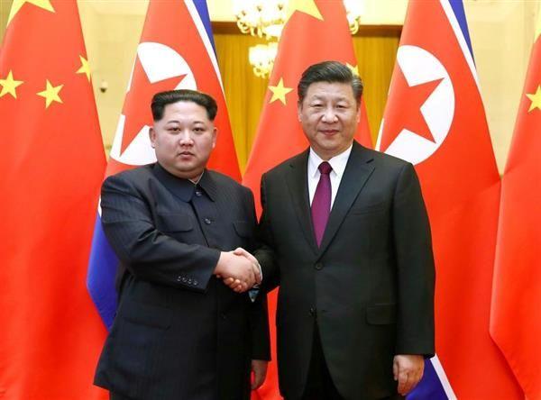 スカンク二匹... 会談を終え, 握手する習国家主席(右)と金正恩氏(左、新華社=共同)