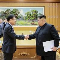 会談し握手を交わす韓国大統領府の鄭義溶国家安保室長(左)と北朝鮮の「偉大なる指導者」金正恩朝鮮労働党委員長=5日、平壌(韓国大統領府提供・共同)