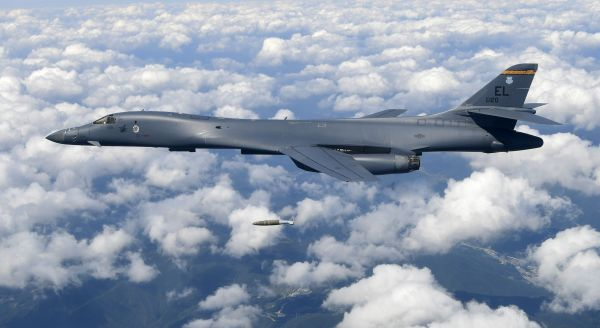 B1B 爆撃機....空襲 !
