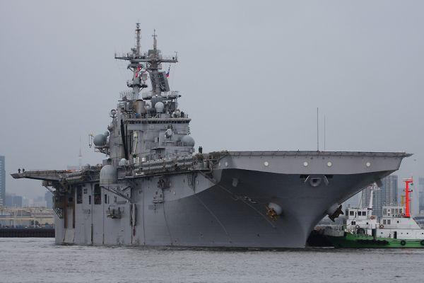 出航した米急襲揚陸艦「エセックス」