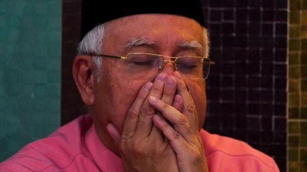 マレーシア「史上最悪の首相」:『アララ ! 僕....もう終わりだ !』