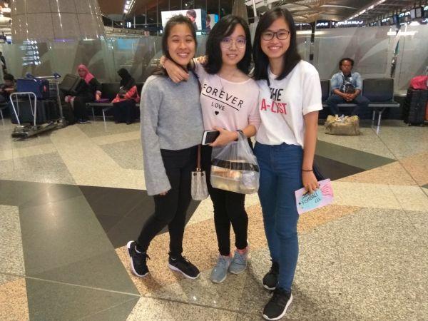 娘さんの親友, 彼女を空港に送り出した. ( 娘さんが写真の真ん中 )