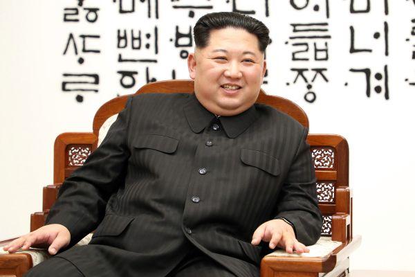 「偉大なる指導者」:『 世界平和のため, 我が国が非核化を目指しよ....いひひひ ! 』 ジョン・ボルトン :  『 真に必要なのは言辞ではなく行動だ !』 Oops !  (*´◡`*) !