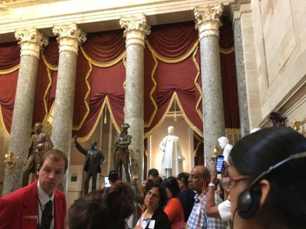 議事堂中観光客に詳細を説明するの議事堂スタッフ