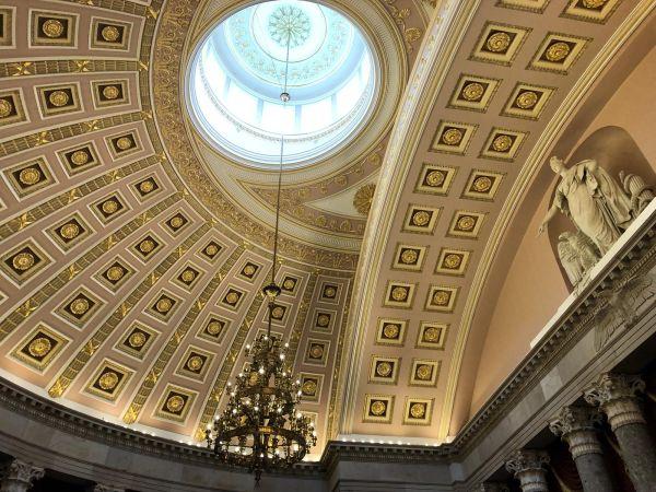新しく改装された象徴的なの天井は素晴らしいです