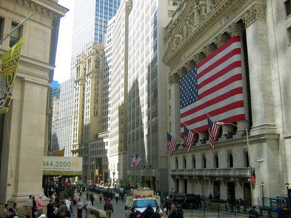 ウォール街とブロードウェイの交差点から見たニューヨーク証券取引所