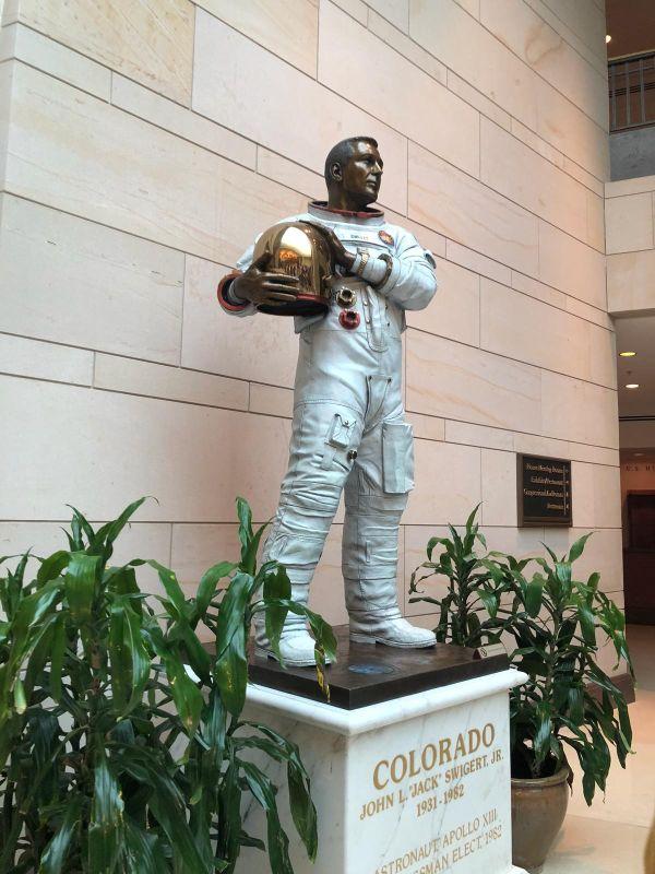 アメリカ合衆国NASAの宇宙飛行士ジャック・スワイガートの彫像