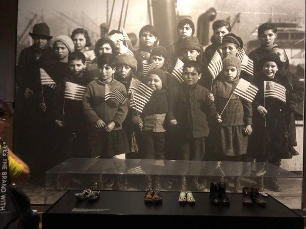 自由の女神像は移民を歓迎する...1886年から1924年の間に、1400万人の移民がニューヨークを経て米国にやって来た。 空で彼女のトーチを高く保っている女性の自由は、これらの新しい移民を歓迎しました。